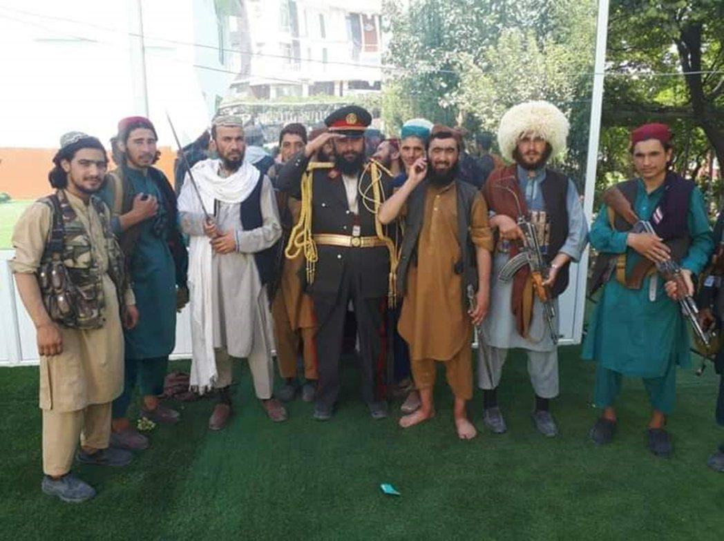 元帥本人的行宮也遭到塔利班洗劫,甚至把他昔日的元帥軍服與配件都給抄了出來,並安排...