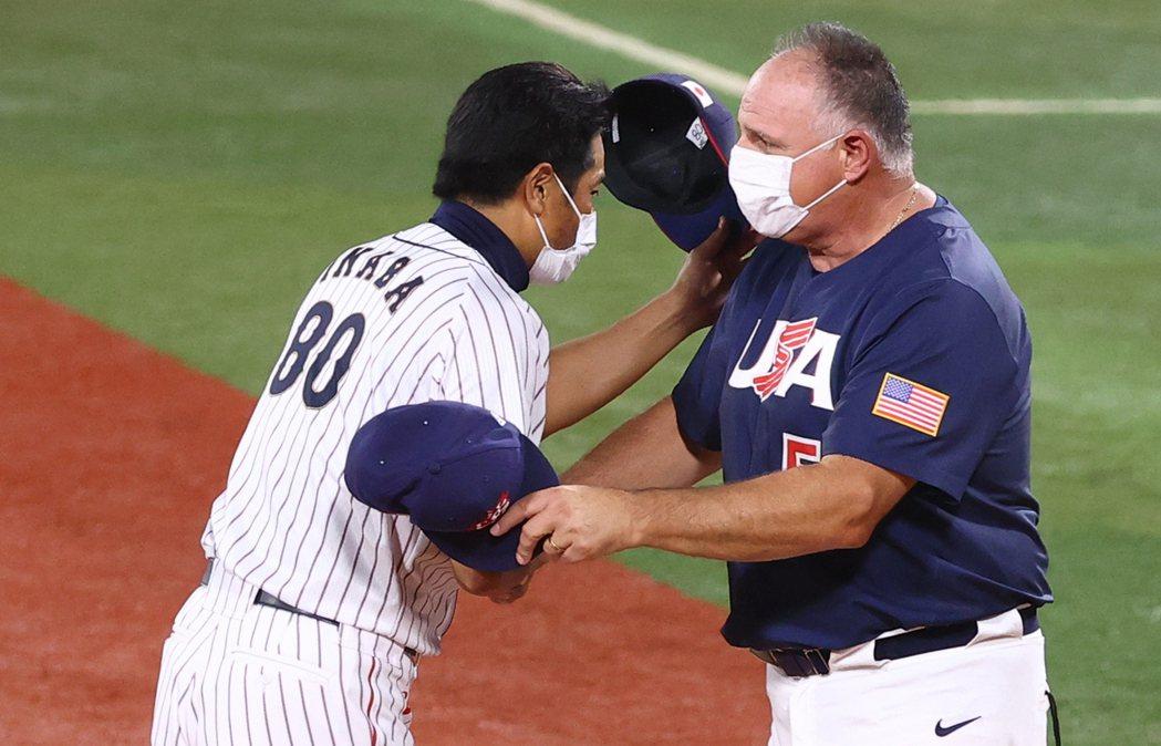圖為日本代表隊總教練稻葉篤紀與美國代表隊總教練索西亞(Mike Scioscia)在金牌賽後握手致意。 圖/路透社