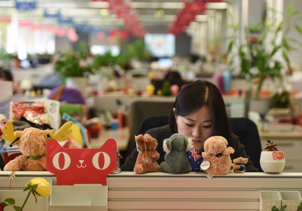 圖為杭州阿里巴巴總部的天貓國際工作區。 圖/新華社