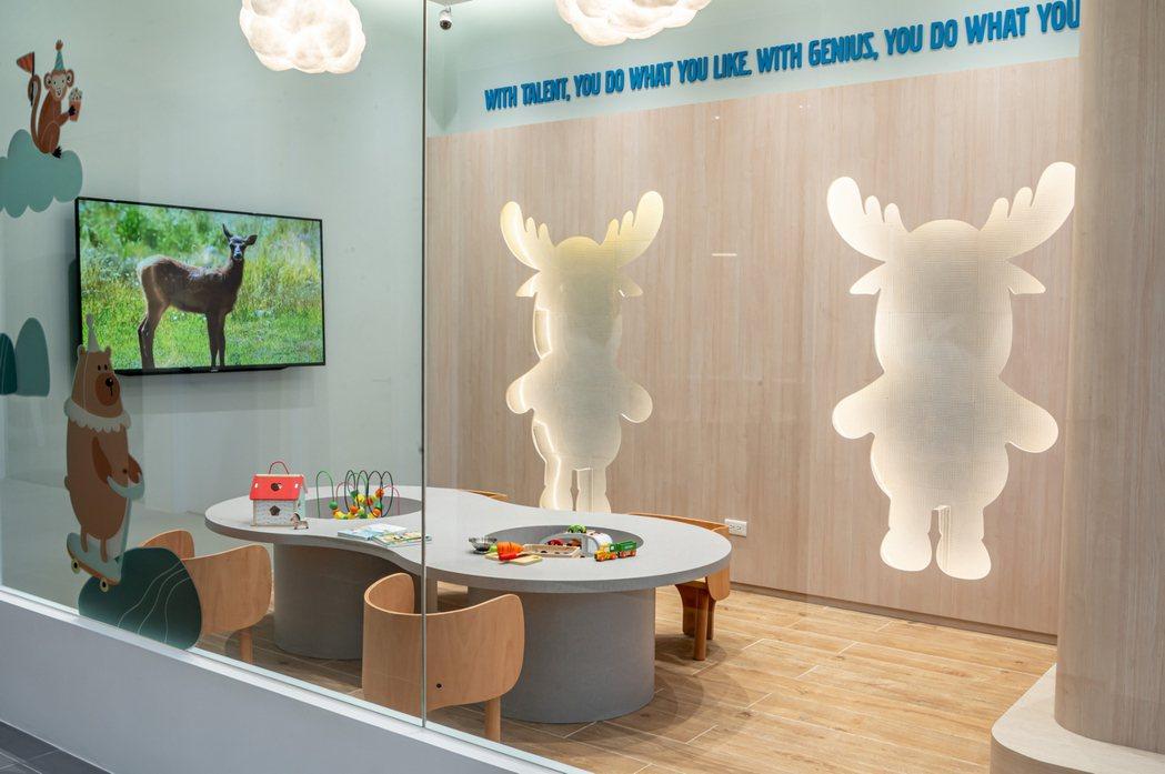 兒童遊戲室備有 Janod 法國精品益智玩具,連同北歐生活精品的展示專區讓大人小...