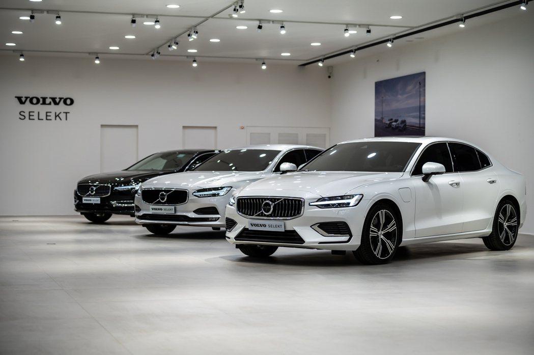 客休區後方為 VOLVO SELEKT 展示區,能同時展示 8 款車型供貴賓細細...