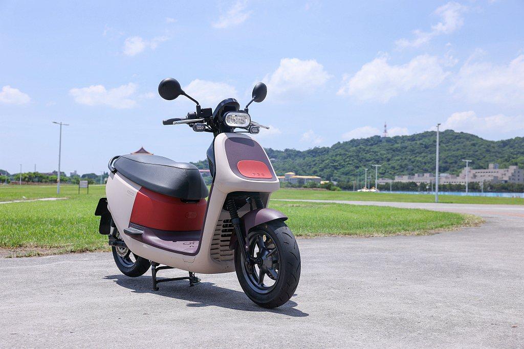 Gogoro推出「放大版」VIVA XL!一次滿足家庭全員的用車需求。 記者王聰...