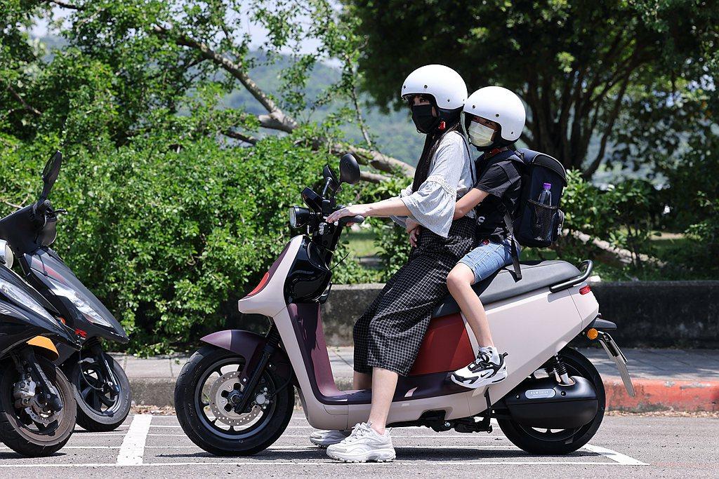 Joanna媽感受到Gogoro VIVA XL腳踏位置較低、座墊更舒適;哥哥則...