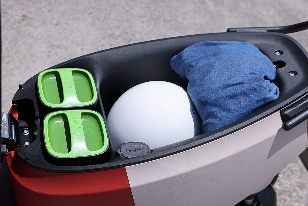Gogoro VIVA XL擁有26.5公升的車廂置物容量,加上特大腳踏空間讓J...