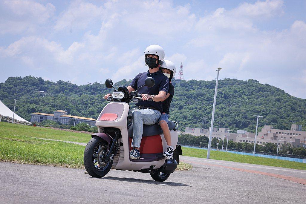 Will爸感受Gogoro VIVA XL腳踏位置更合宜且重心低,騎乘起來較穩定...