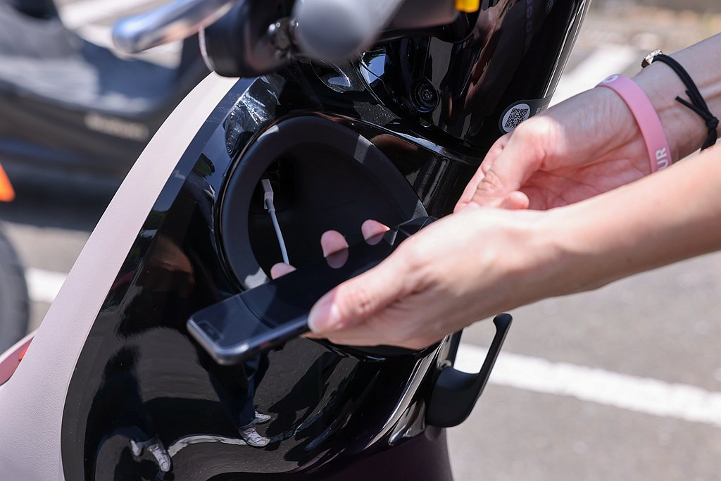 Gogoro VIVA XL BELT提供具備USB充電機能的置杯架,讓Joan...