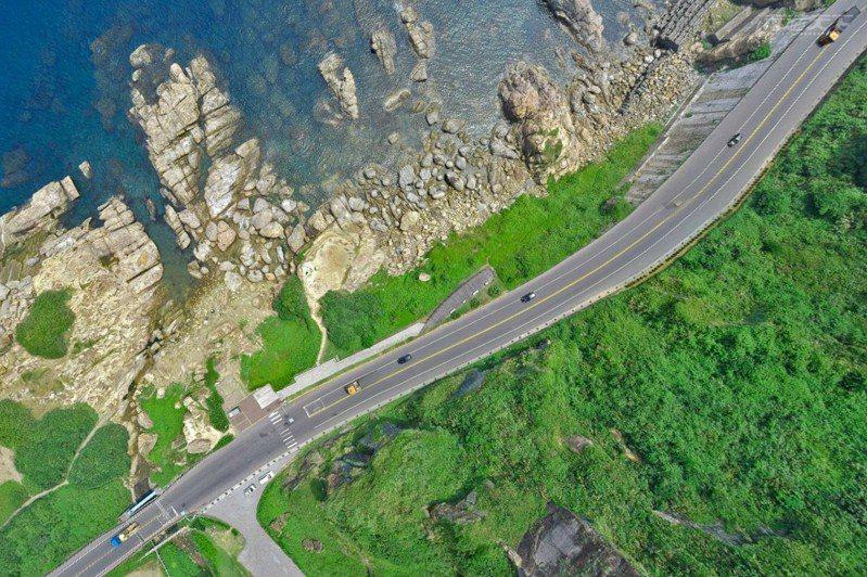 用上帝的視角重新看北台灣最美海岸線,更能飽覽這段絕美公路景致。