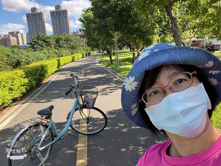 疫情降級出外運動,口罩仍要戴緊。圖/張桂瓊提供