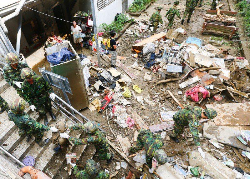 蘇迪勒颱風過境,造成烏來發生嚴重土石流,著名的旅遊景點烏來老街遭洪水肆虐後面目全非,國軍進駐協助居民清理家園。圖/聯合報系資料照片