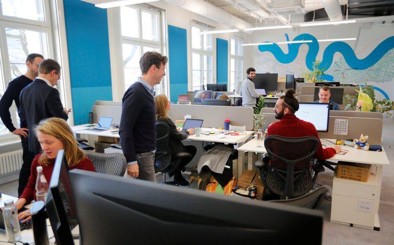 一項研究顯示,雖然遠距員工的生產力比進辦公室工作者高,但獲得升遷者卻大約只有進辦公室者的一半。圖為谷歌母公司字母公司的柏林辦公室。路透