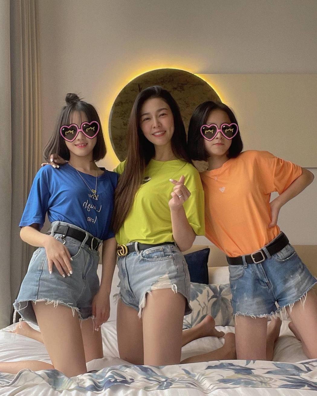 白家綺(中)和兩個大女兒合照,簡直就像三姊妹。圖/摘自臉書