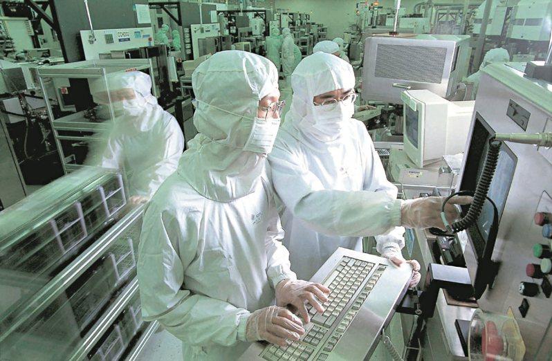 英特爾將領先蘋果,率先採用台積電最先進的3奈米製程,並於明年2月在台積電18b廠開始投片。此為示意圖。圖/聯合報系資料照片