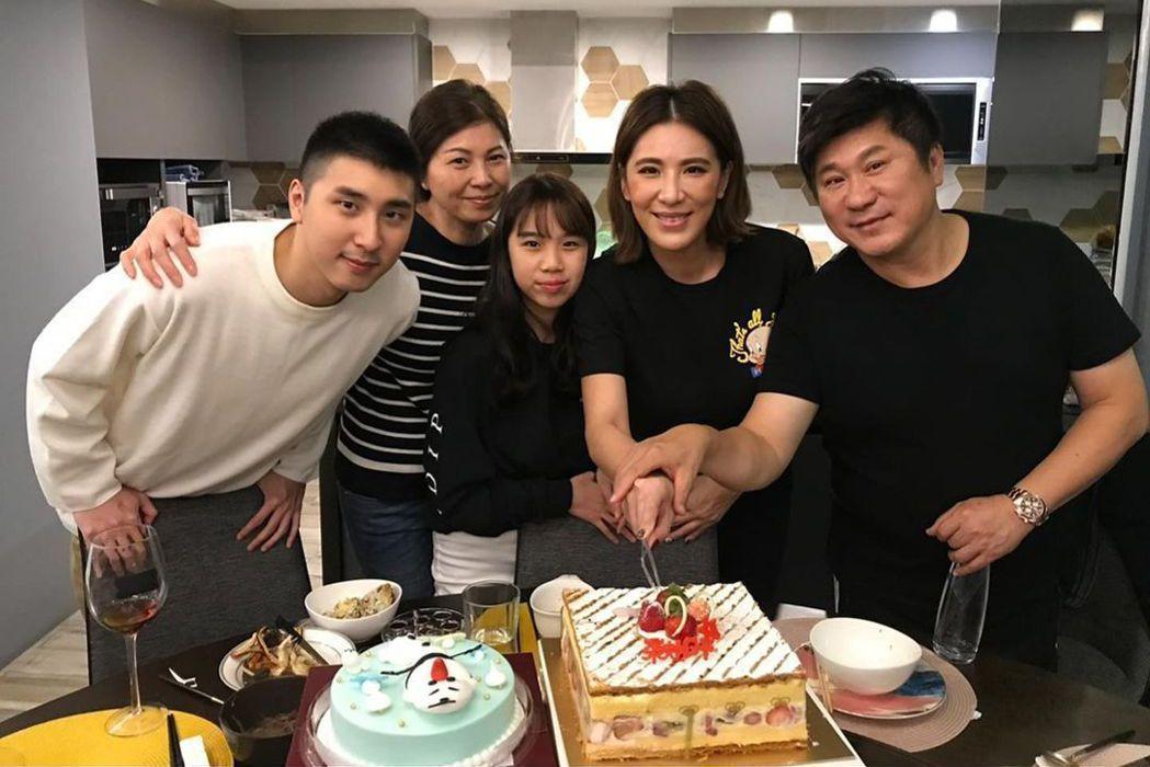 小禎(右二)在父親節曬出全家福照,卻意外引發戰火。圖/摘自臉書