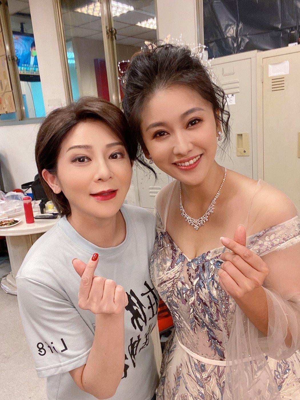 葉家妤在「黃金歲月」中初登台,感謝王彩樺在後台幫她找飾品。圖/民視提供