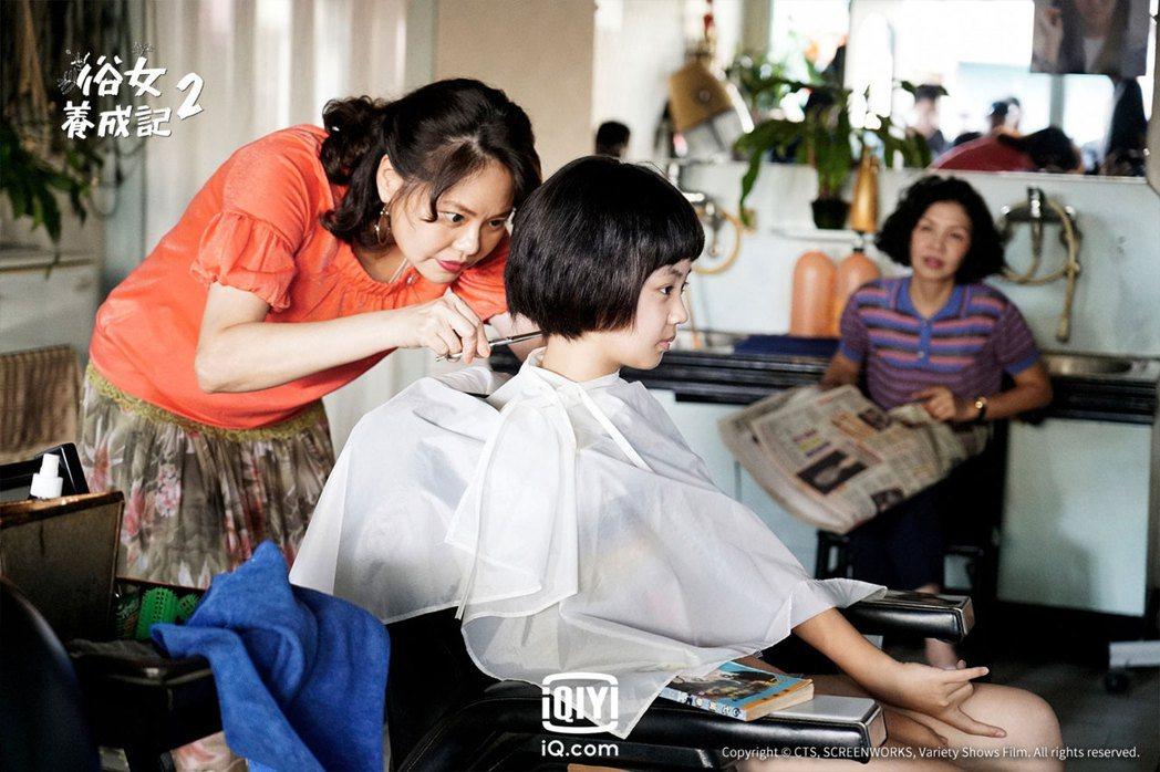 「小嘉玲」吳以涵在「俗女2」中升上國中,被飾演媽媽的于子育騙剪西瓜皮頭,旁為林嘉