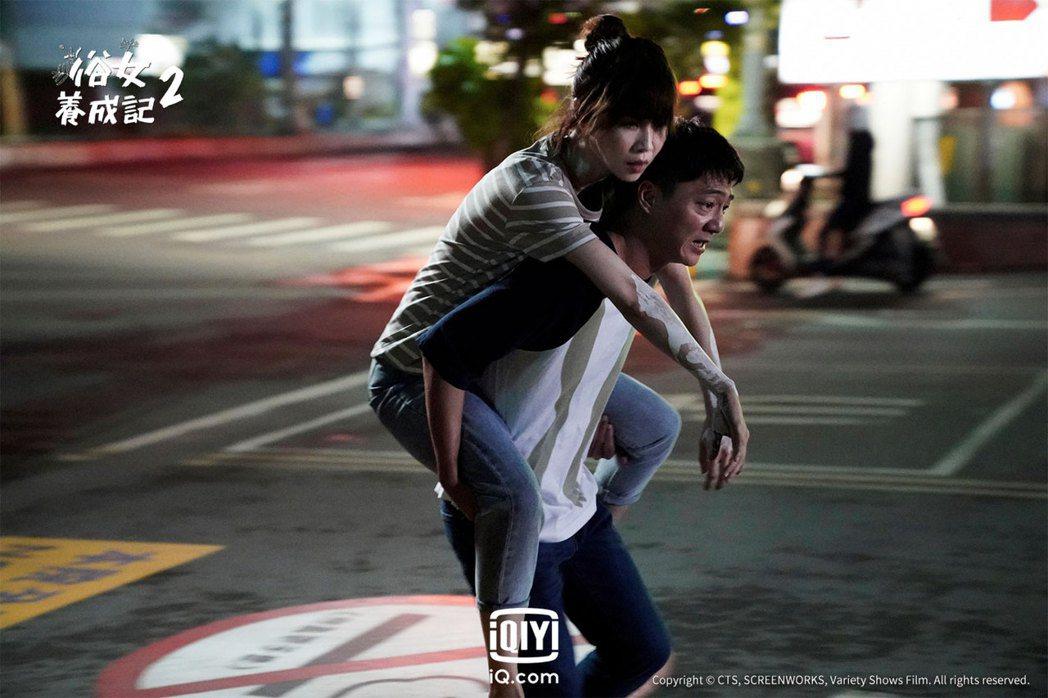 謝盈萱(左)、藍葦華在「俗女2」中面臨人生諸多關卡。圖/愛奇藝國際站提供