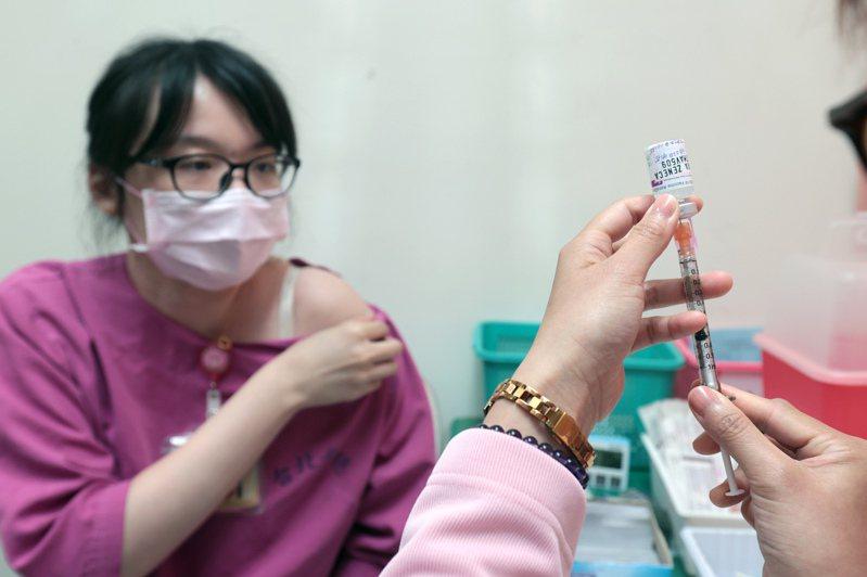 台灣醫護等待許久的疫苗混打政策,本周終於開放。此為示意圖,照片中人物與新聞無關。圖/聯合報系資料照片