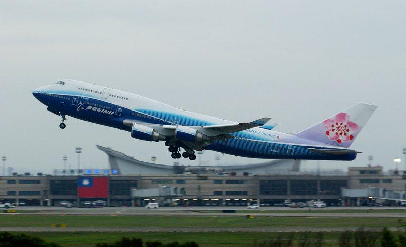 華航波音747-400型客機第3代第1架B-18210,波音彩繪圖案被飛機迷暱稱為「大藍鯨」。圖為2007年B-18210從桃園機場起飛,背景為第1航廈北側的巨幅國旗。記者陳嘉寧/攝影