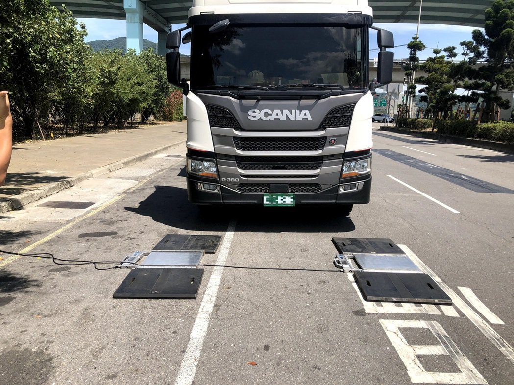 蘆洲警分局運用「移動式地磅」加強稽查大型車超重。圖/警方提供