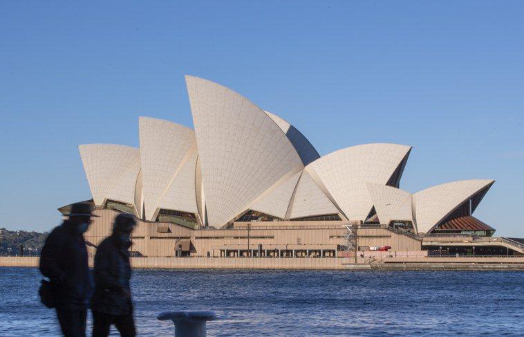 澳洲民眾四日經過著名地標雪梨歌劇院。新華社