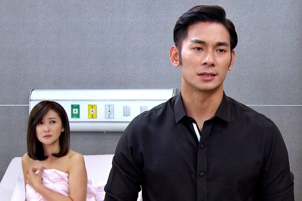 亮哲(右)在劇中與飾演前妻的陳珮騏有親密戲。圖/三立提供