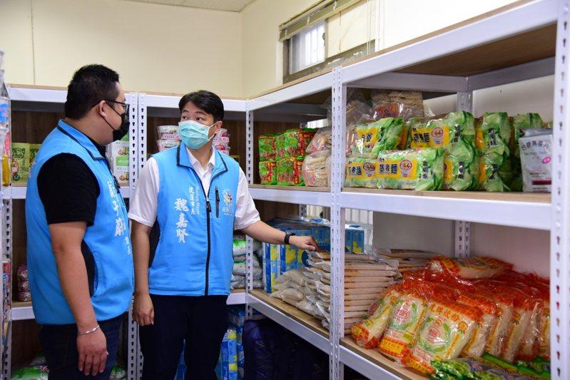 花蓮市長魏嘉賢(右)今天前往實物銀行了解籌備現況,希望愛心物資能幫助弱勢。圖/花蓮市公所提供