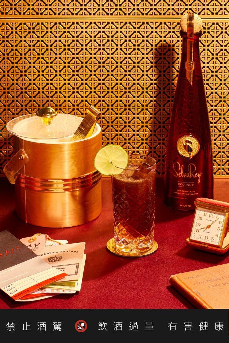 今年在台灣新上市的嘻瑞24K椰子蘭姆酒,號稱是「乘載於玻璃瓶中的熱帶天堂」。圖/...