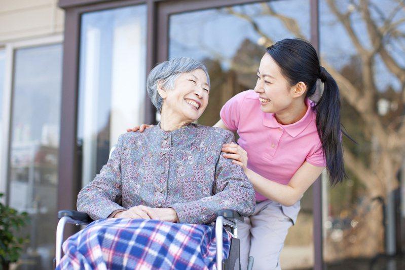 台灣四年後迎超高齡挑戰,長照險滲透率僅近4%,南山人壽籲正視長壽風險,即早準備長照防護。圖/南山人壽提供