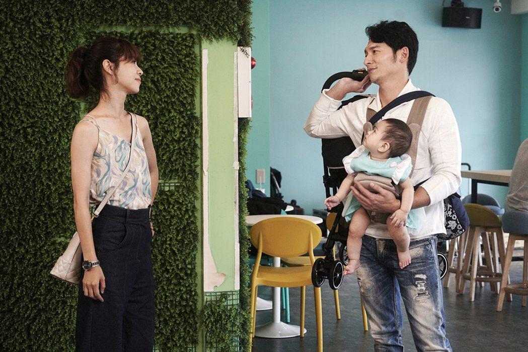 謝盈萱(左)在劇中面對前男友溫昇豪已結婚當奶爸。圖/華視、CATCHPLAY提供