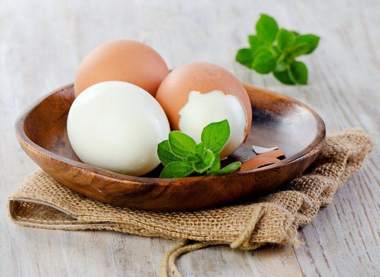 董氏基金會調查發現,42%的人烹煮雞蛋前,沒有清洗蛋殼的習慣。圖/123RF