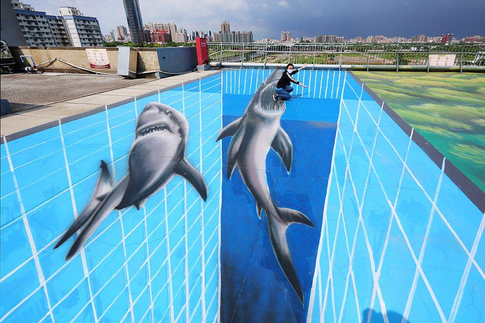 一不小心就會跌落鯊魚的血盆大口,借位玩拍讓人快門按不停。 圖/Carter 攝影