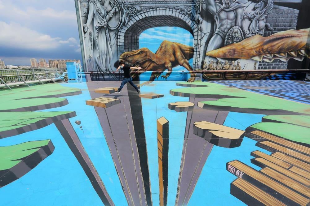 大型3D立體彩繪張力十足,巨大恐龍、飛船栩栩如生。 圖/Carter 攝影