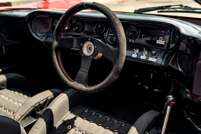 右駕設定但排檔桿也在駕駛的右手邊。 摘自CarBuzz.com