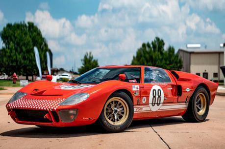 想當真正的賽道狂人嗎? Ford GT40 RCR電影拍攝車將出售