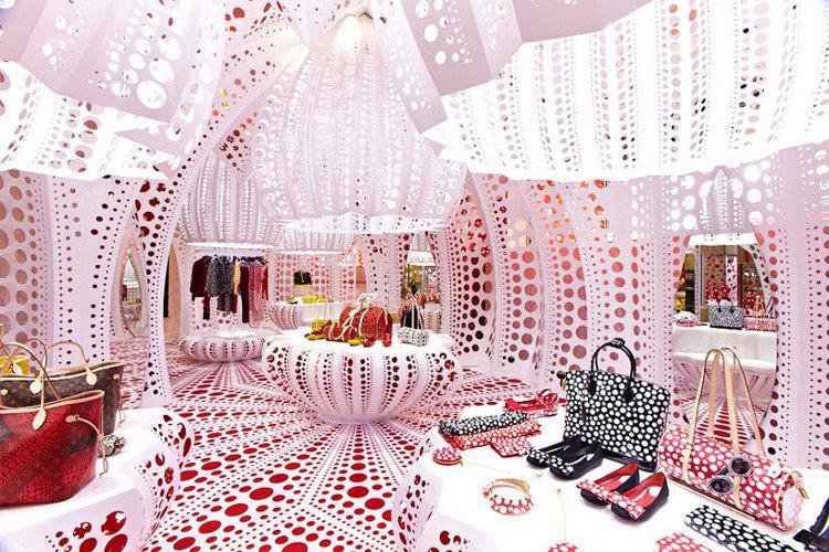 路易威登在2012年和草間彌生聯名時,倫敦Selfridges百貨所開設的快閃店...