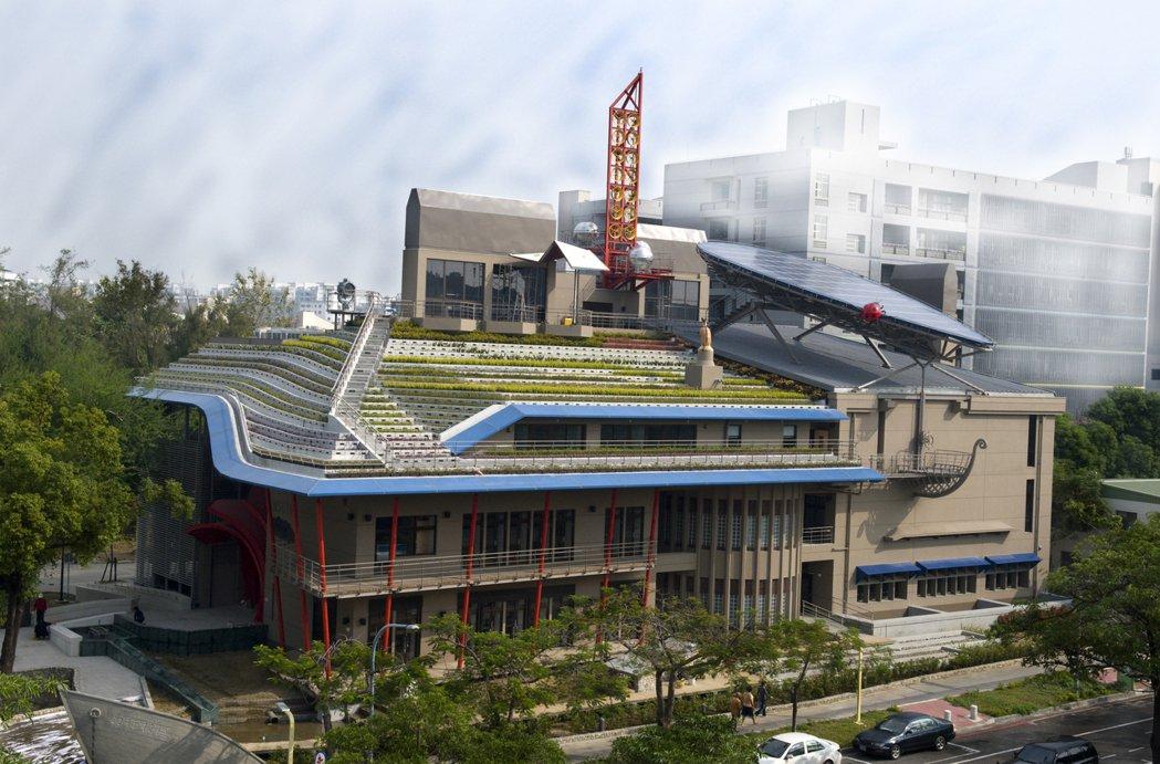 由成大建築系教授林憲德一手規畫的成大「綠色魔法學校」,不但採用很多綠建築建材及結...