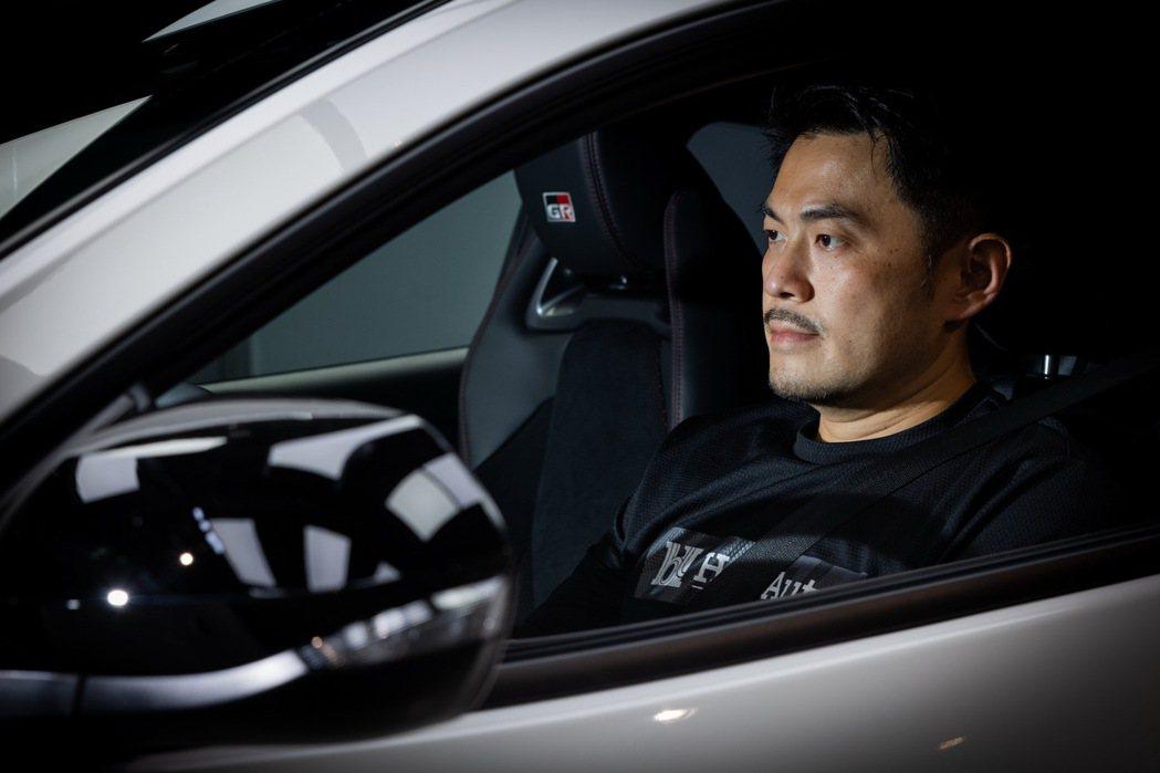 賽車手陳漢承對TOYOTA GR YARIS充滿興趣。 記者沈昱嘉/攝影