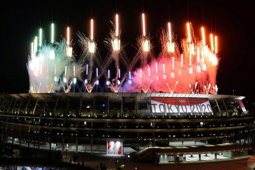 日本首相菅義偉9日表示,「這一屆奧運受到很多限制,但日本以主辦國之姿盡了最大責任,平安結束」。圖為閉幕煙火。 圖/路透社