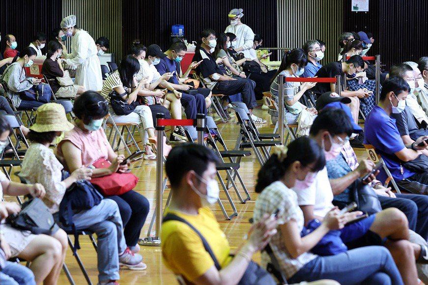 Delta病毒不可能永遠不進來台灣,因此解封有可能隨時結束,開學延期或再停課、遠距上課都有可能發生。要做好準備。圖為台大醫院疫苗接種站擠滿注射疫苗民眾。 圖/聯合報系資料照