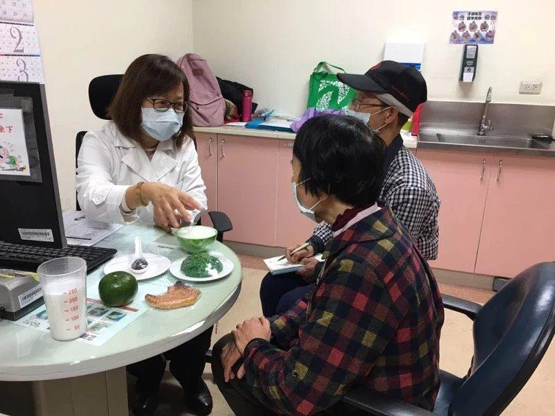 新竹台大分院除呼籲年長者目前仍盡量在家減少外出頻率,也分享抗「疫」飲食四大守則,...