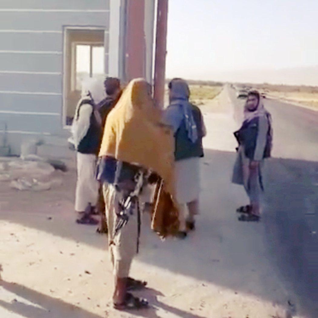 阿富汗北方的薩曼甘省政府部隊不戰而逃,讓塔利班大軍不流血地控制了首府城市艾巴克。...