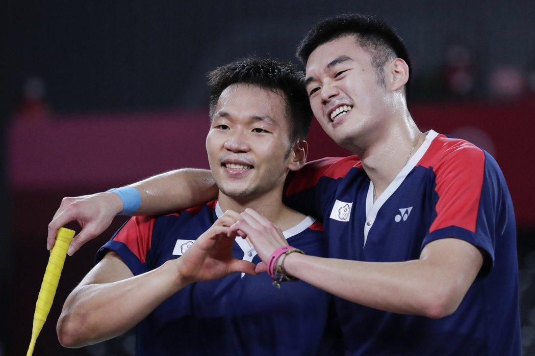台灣羽球選手李洋與王齊麟,在東奧為我國奧運羽球男雙奪下史上第一面金牌。 圖/歐新社