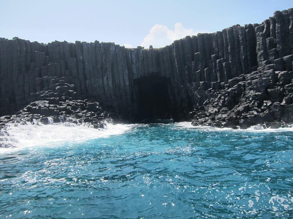 俗稱「灶籠」的藍洞是位於南方四島國家公園的西吉嶼,由天然玄武岩海蝕洞形成,每當陽...