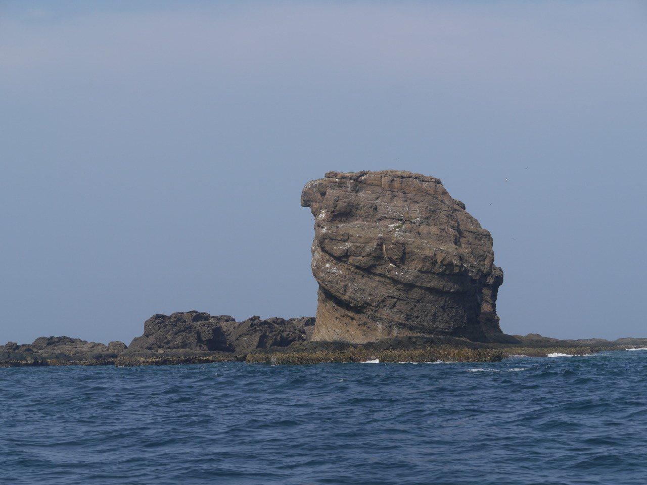 南方海面分布不少造型奇特島礁,多半因外型得名。 圖/徐白櫻 攝影