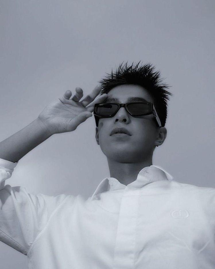 近期曾敬驊就戴上前衛風格墨鏡,耍帥拍照並在IG發文。圖/摘自instagram