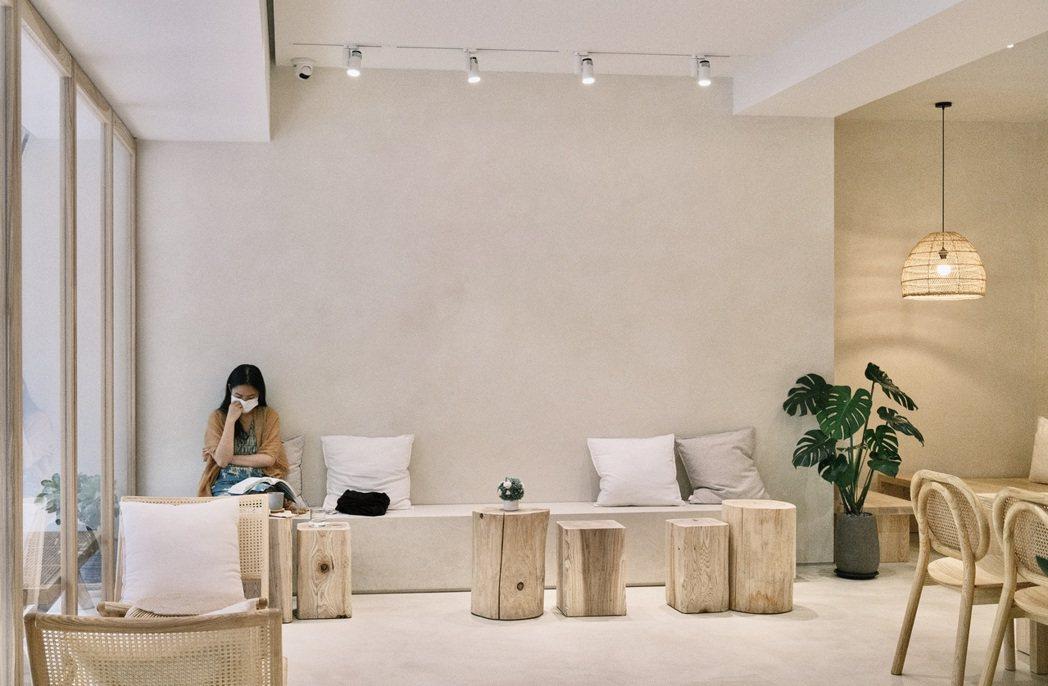 AROS Coffee以米白色調加上淡色原木呈現出清新風格,在空間上大方的留白。...