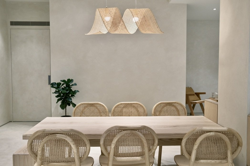牆面空間採用特殊的「灰泥塗料」,隨著光影產生不一樣的紋路跟陰影變化。圖/江佩君攝...