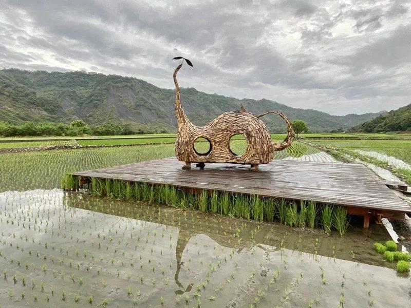 裝置藝術家伊祐噶照創作《貓咪種子》,設置在鹿野后湖阡陌田野中。 圖/宋健生 攝影