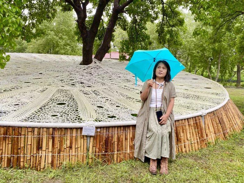 安聖惠作品《療癒系列》以緊密紮實的編織,讓民眾坐躺在作品中休憩。 圖/宋健生 攝...