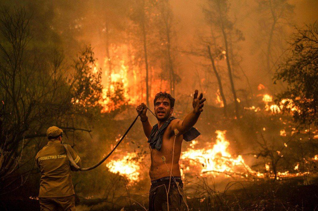 希臘第二大島艾維亞島八日遭野火進逼,居民試圖協助滅火並向旁人求助。聯合國九日發表...